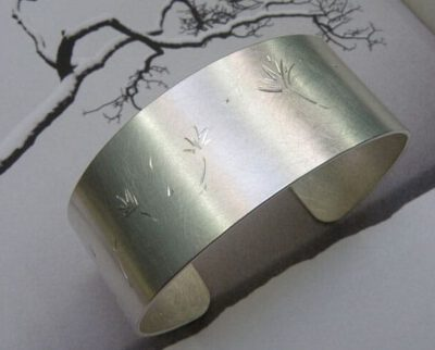 Zilveren klemband met paardenbloempluis handgravure. Silver cuff with hand engraved flower. Uit het Oogst atelier Amsterdam.