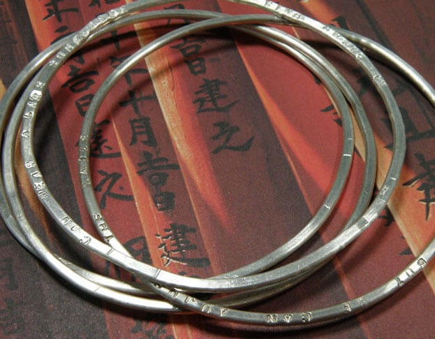 Gehamerde zilveren rinkelarmbanden. Hammered silver bangels. Oogst Amsterdam.