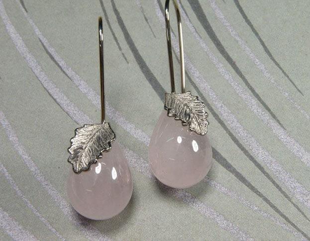 Rozenkwarts oorsieraden met witgouden blaadjes. Rose quartz earrings with white gold leafs. Oogst goudsmid Amsterdam