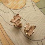 Roodgouden 'In bloei' vergeet-me-nietjes oorbellen. Rose golden 'In bloom' forget-me-not earstuds. Uit het Oogst atelier Amsterdam.