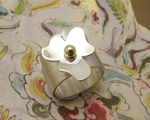 Silver 'In bloom' ring. A sweet Violet flower. Oogst goldsmith Amsterdam