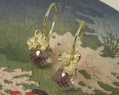 Geelgouden vergeet-me-nietjes met amethyst en krul. Yellow golden forget-me-not earrings with amethyst. Oogst Amsterdam.