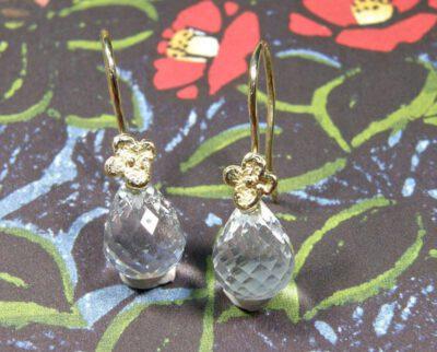 Geelgouden oorsieraden In Bloei met aquamarijn. Baargoud. Geboortesieraad. Yellow gold Flowers earrings with aquamarine. Push present. Birth gift. Oogst goudsmid Amsterdam
