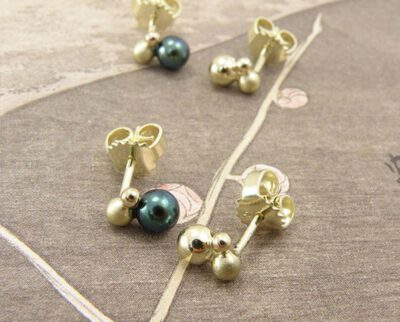 oorsieraden Bessen, geelgoud met zwarte parels. Earrings Berries, yellow gold with black pearls. Oogst goudsmid Amsterdam