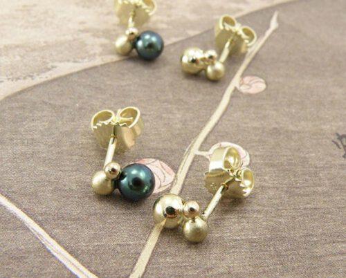 oorsieraden Bessen, geelgoud met zwarte parels. Earrings Berries, yellow gold with black pearls. Oogst goudsmid Amsterdam