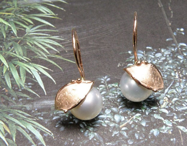 Oorsieraden Blaadjes roodgoud blaadjes met Zuidzee parels. Oogst Amsterdam Rose gold earrings with South Sea pearls