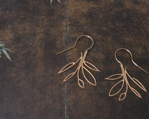 Roodgouden open blaadjes oorbellen. Rose golden earrings with open leafs. Oogst goudsmeden Amsterdam.