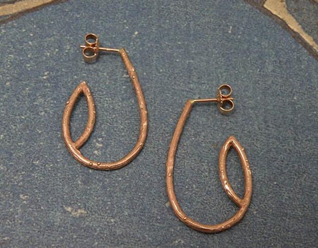 Roodgouden oorsieraden takjes. Rose gold earrings twigs. Uit het Oogst goudsmid atelier. Made in the Oogst goldsmith studio.