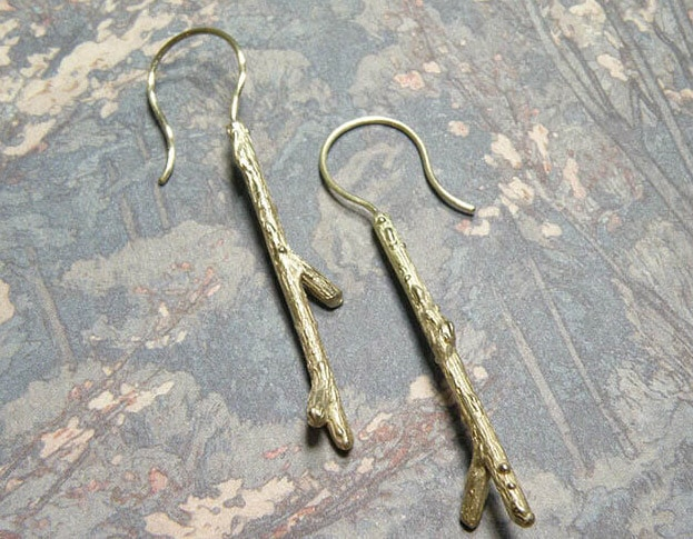 Geelgouden takjes oorbellen. Yellow golden twig earrings. Oogst goudsmeden Amsterdam.