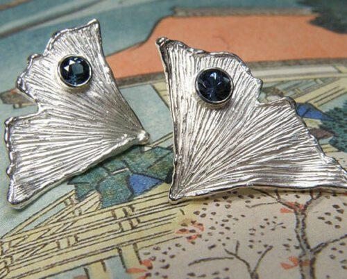 Oorsieraden, Zilveren ginkgo blad met topaas. Silver Ginkgo earrings with topaz. Oogst goudsmid Amsterdam