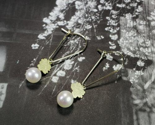 oorsieraden In Bloei, geelgoud met parels. Earrings In Bloom, yello9w gold with pearls. Oogst goudsmid Amsterdam