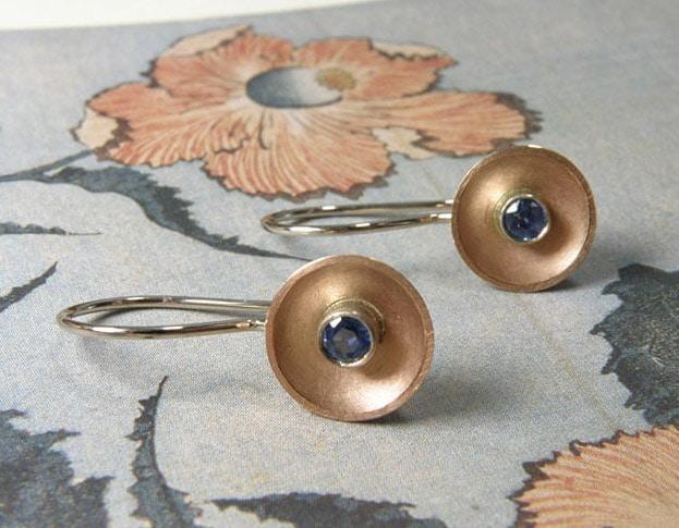 Oorsieraden Kom, roodgouden kommetjes met saffier. Earring Bowl, rose gold bowls with sapphire. Oogst goudsmid Amsterdam