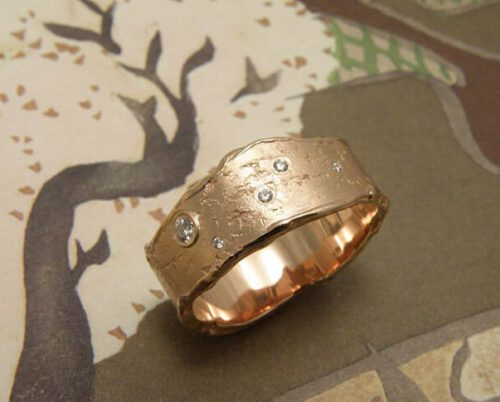 Roodgouden ring Erosie met diamanten. Rose gold ring Erosion with diamonds. Oogst Amsterdam. Ontwerp & creatie.