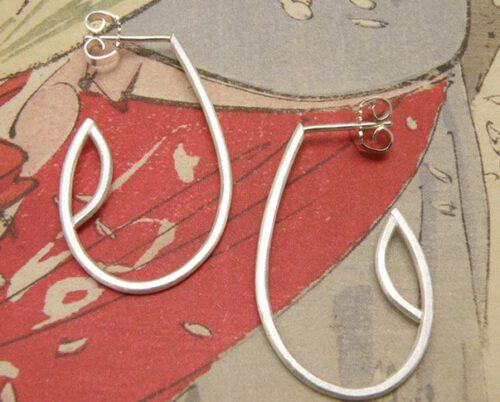 Zilveren druppel oorsieraden met steker. Silver dropshape earrings. Uit het Oogst atelier Amsterdam.