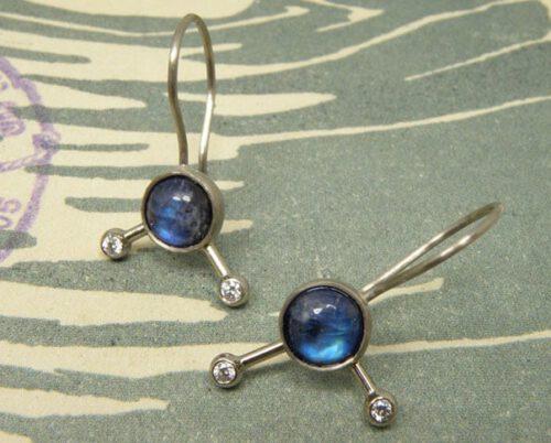 Witgouden oorsieraden met maansteen en diamanten. White gold earrings with moonstone and diamonds. Oogst goudsmid Amsterdam