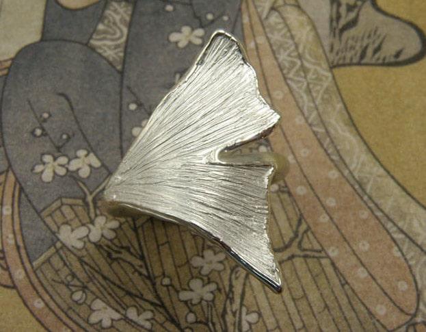 Zilveren ring met Ginkgo blad. Silver ring with Ginkgo leaf. Uite het Oogst goudsmid atelier. Made in the Oogst goldsmith studio.