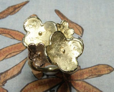 Bloemen ring, gemaakt van eigen oud goud. Met 1 roodgouden bloem. Flowers ring made from own heirloom gold, with one rose gold flower. Oogst ontwerp & creatie. Amsterdam