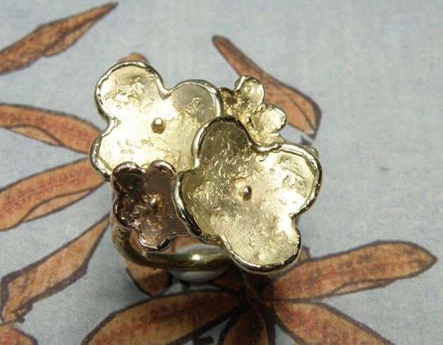 Bloemen ring, gemaakt van eigen oud goud. Met 1 roodgouden bloem. Flowers ring made from own heirloom gold, with one rose gold flower. Oogst ontwerp & creatie. Amsterdam