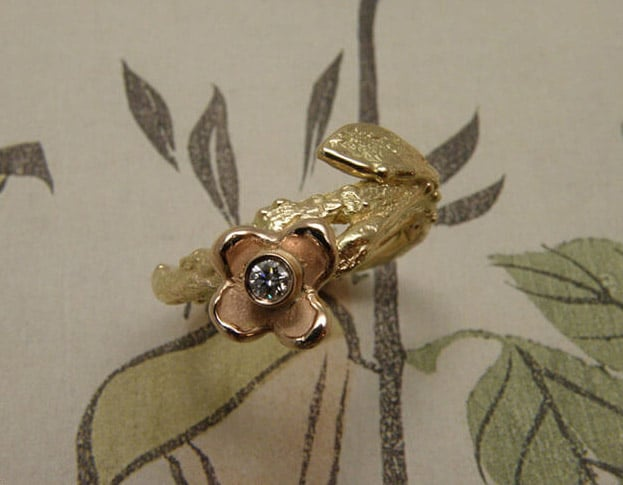 Roségouden Boomgaard ring, bloem, takje met blaadje en diamant. Maatwerk uit het Oogst atelier. Rosé gold ring Orchard, twig with leaf, flower and diamond. Custom design made in the Oogst goldsmith studio.