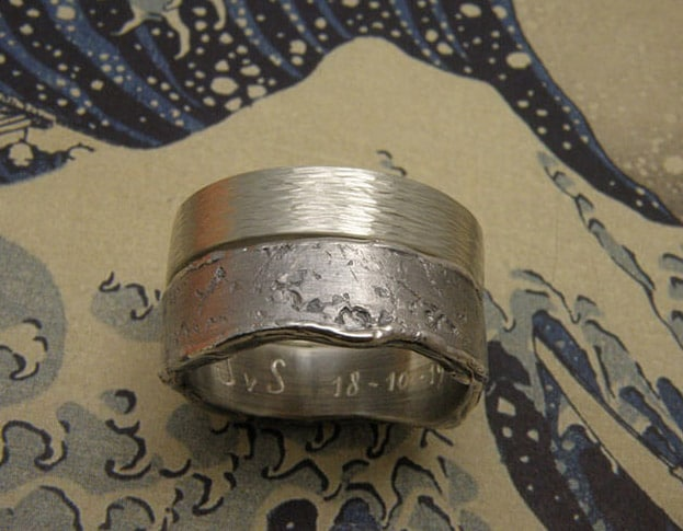 Zilveren ring Ritme met hamerslag. Zilveren ring erosie met structuur. Mannenring. Herenring. Uit het Oogst goudsmid atelier. Silver textured ring Erosion. Silver hammered ring Rhythm. Made in the Oogst goldsmith studio.