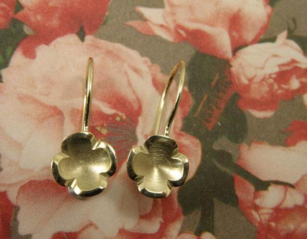 Geelgouden lotus bloemen met krul. Yellow golden lotus flower earrings. Oogst goudsmeden Amsterdam.