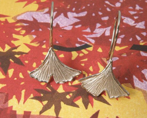Witgouden Ginkgo oorbellen. White gold Ginkgo earrings. Uit het Oogst goudsmid atelier. Made in the Oogst goldsmith studio.