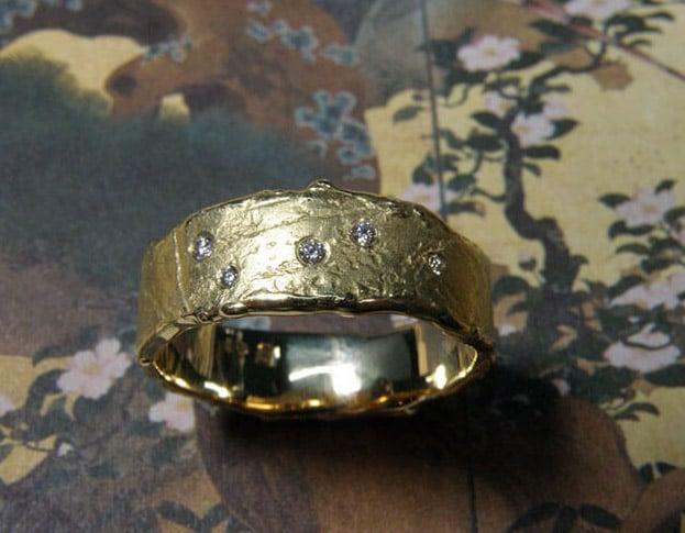Geelgouden 'erosie' ring met diamanten. Yellow golden 'erosion' ring with diamonds. Oogst Amsterdam.