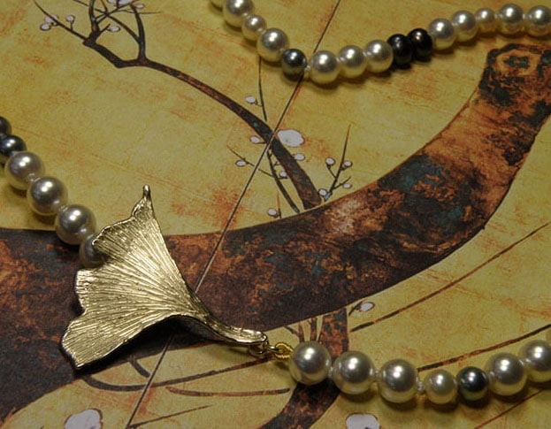 Ginkgo blad collier van eigen goud vervaardigd met een moderne mix van diverse oude parelsnoeren. Maatwerk uit het Oogst atelier Amsterdam. Ginkgo leaf made from own heirloom gold mixed with own pearls.