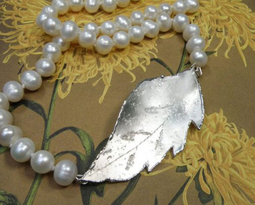 Parel collier met zilveren blad. Pearl necklace with silver leaf clasp. Oogst goudsmid Amsterdam.