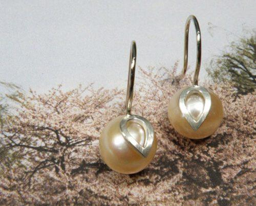 Oorbellen zilveren blaadjes met roze zoetwaterparels. Earrings Leafs with pink fresh water pearls and silver details. Oogst goudsmid Amsterdam