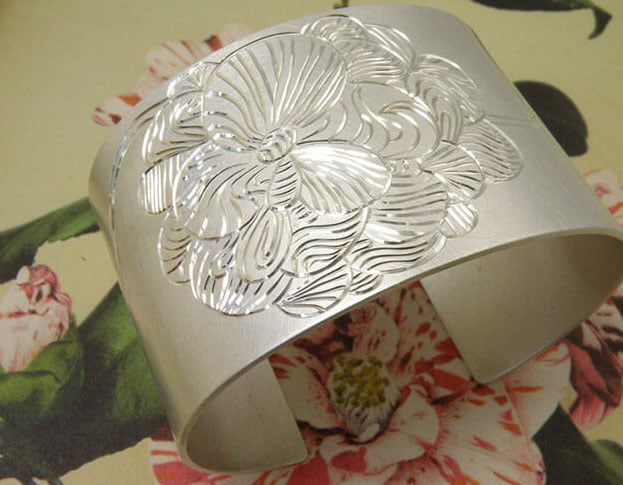 Zilveren klemarmband met bloem handgravure. Silver cuff with hand engraving of a flower. Oogst goudsmeden Amsterdam.