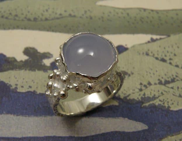 Zilveren ring 'Besjes' met spheres and a chalcedone. Uit het Oogst atelier Amsterdam. bolletjes en een chalcedoon. Silver ring 'Berries' with