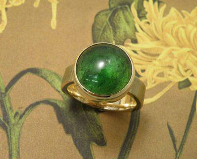 geelgouden ring 'Ritme' met groene toermalijn. Yellow golden ring 'Rhythm' with green tourmaline. Uit het Oogst atelier Amsterdam.