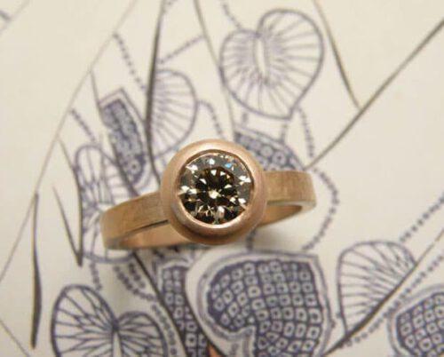 Ring 'Boleet'. Roodgouden ring met bruine diamant in een boleet zetting. Ring 'Boletus'. Rose golden ring with brown diamond. Oogst Amsterdam.