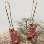 Roodgouden kevertjes met lange krul en gegraveerde roze toermalijn blaadjes. Rose golden bug earrings with pink engraved tourmaline leafs. Uit het Oogst atelier Amsterdam.