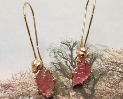 Roodgouden kevertjes met lange krul en gegraveerde roze toermalijn blaadjes. Rose golden bug earrings with pink engraved tourmaline leafs. Uit het Oogst atelier Amsterdam.