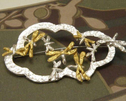Zilveren libellen speld met bladgoud op hun vleugels. Brooch with silver dragonflies with leaf gold on their wings. Uit het Oogst atelier Amsterdam.