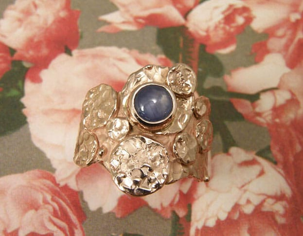 Roodgouden ring 'Cirkels' met ster saffier. Rose golden ring 'Circles' with star sapphire. Oogst goudsmeden Amsterdam.