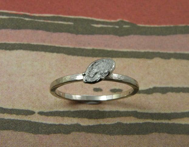Verlovingsring 'Blaadje'. Witgouden ring met hamerslag en verfijnd blaadje. Engagement ring 'Leaf'. White golden ring with hammering and delicate leaf. Uit het Oogst atelier Amsterdam.