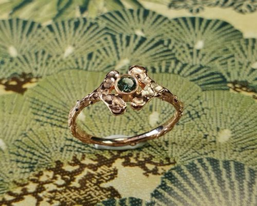 Roodgouden ring Blaadjes met groene diamant. Rose gold ring Lefas with green diamond. Uit het Oogst goudsmid atelier. Made in the Oogst goldsmith studio.