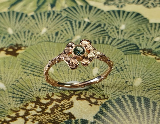 Roodgouden ring Blaadjes met groene diamant. Rose gold ring Lefas with green diamond. Uit het Oogst goudsmid atelier. Made in the Oogst goldsmith studio.