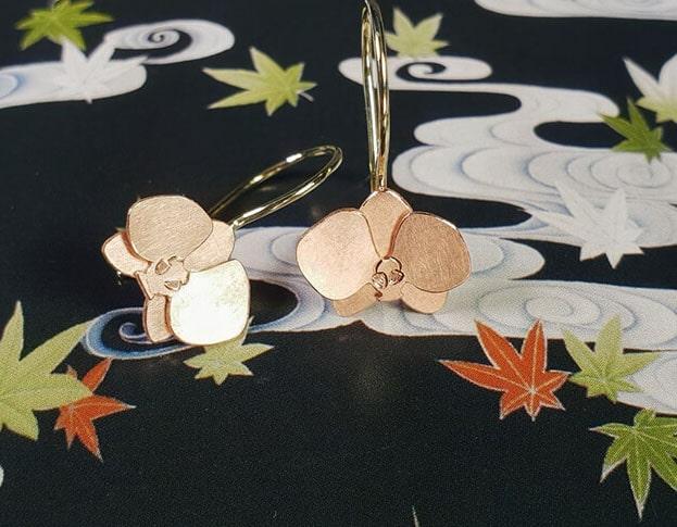 Roodgouden orchidee oorsieraden. Rose gold Orchid earrings. Uit het Oogst goudsmid atelier. Made in the Oogst goldsmith studio.