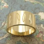 Ring geelgoud met blaadjes handgravure. Yellow golden ring with leafs hand engraving. Oogst goudsmeden Amsterdam.