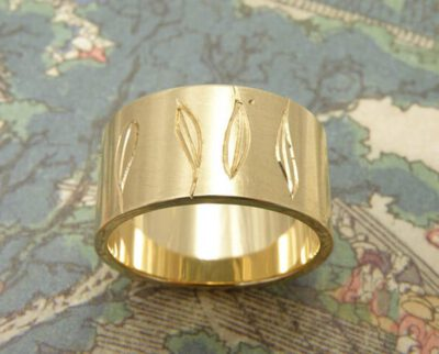 Ring geelgoud met blaadjes handgravure. Yellow golden ring with leafs hand engraving. Oogst goudsmeden Amsterdam.
