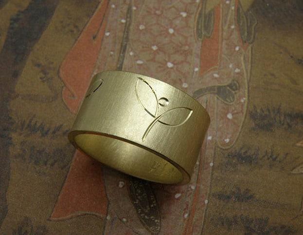Ring geelgoud met handgravure. Baargoud. geboortesieraad. Yellow gold ring with hand engraving. Push present. Birth gift. oogst goudsmid Amsterdam.