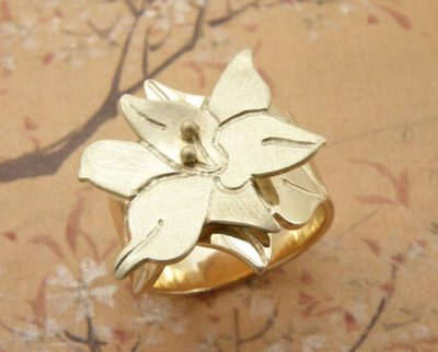 Ring, geelgouden lelie model. Yellow golden lily ring. Oogst Amsterdam.