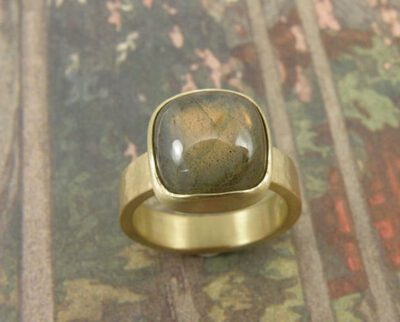 Ring Ritme geelgoud met kussenvorm geslepen labradoriet. Ring Rhythm yellow gold with cushion cut labradorite. Oogst goudsmid Amsterdam. Geboortecadeau, Baargoud, Push present.
