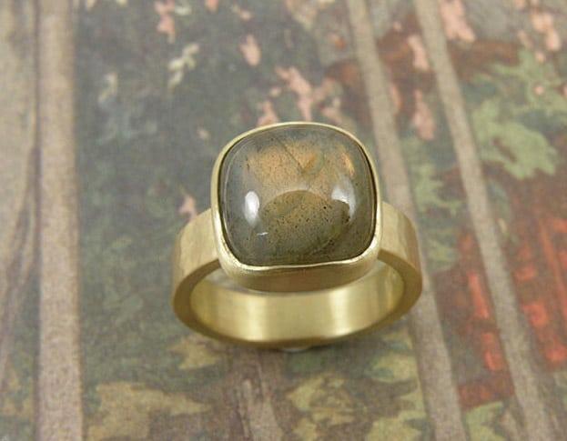 Ring Ritme geelgoud met kussenvorm geslepen labradoriet. Ring Rhythm yellow gold with cushion cut labradorite. Oogst goudsmid Amsterdam. Geboortecadeau, Baargoud, Push present.