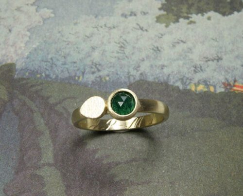 Ring 'Blaadje' ring met blaadje en roosgeslepen aventurijn van eigen antieke trouwring vervaardigd. Ring 'Leaf' ring with leaf and rosecut aventurine made of antique heirloom wedding ring. Oogst goudsmeden Amsterdam.