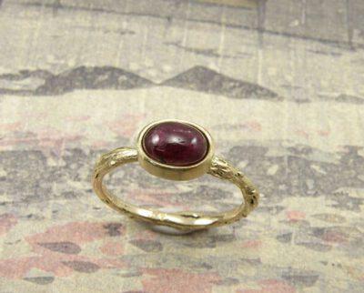Ring 'Boomgaard' fijne takjesring van eigen goud vervaardigd met eigen robijn. Ring 'Orchard' delicate twig ring made of heirloom gold with ruby. Oogst goudsmeden Amsterdam.